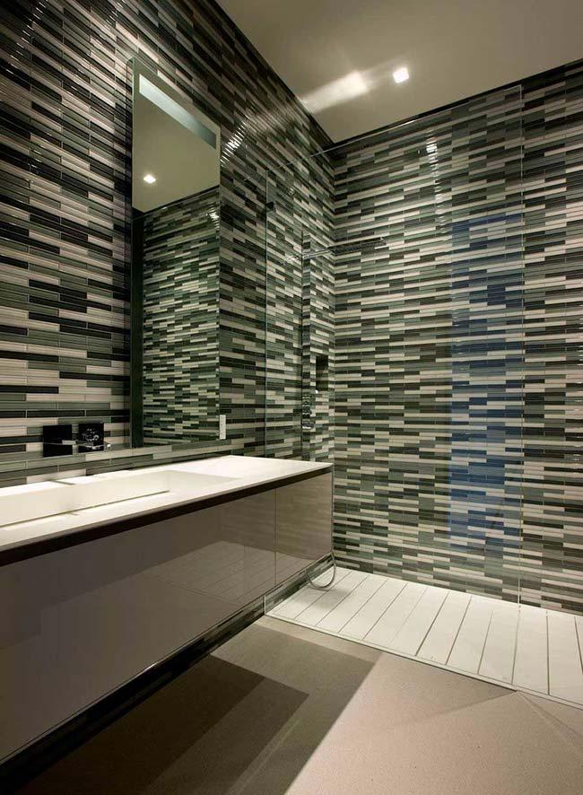 Pastilhas de vidro em formato de filetes decoram com personalidade esse banheiro