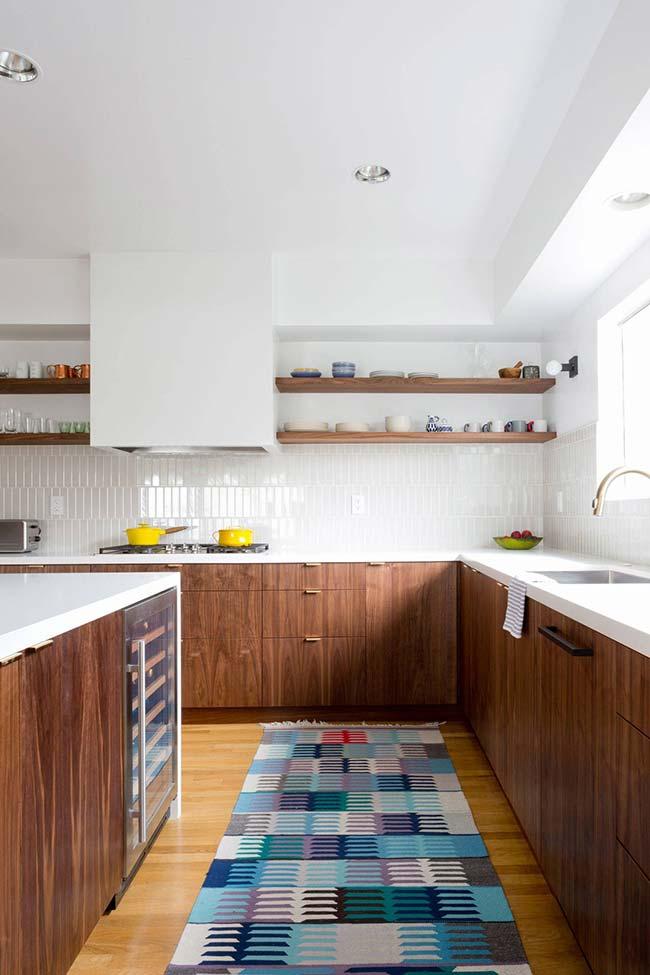 Pastilhas de vidro brancas garantem brilho às paredes