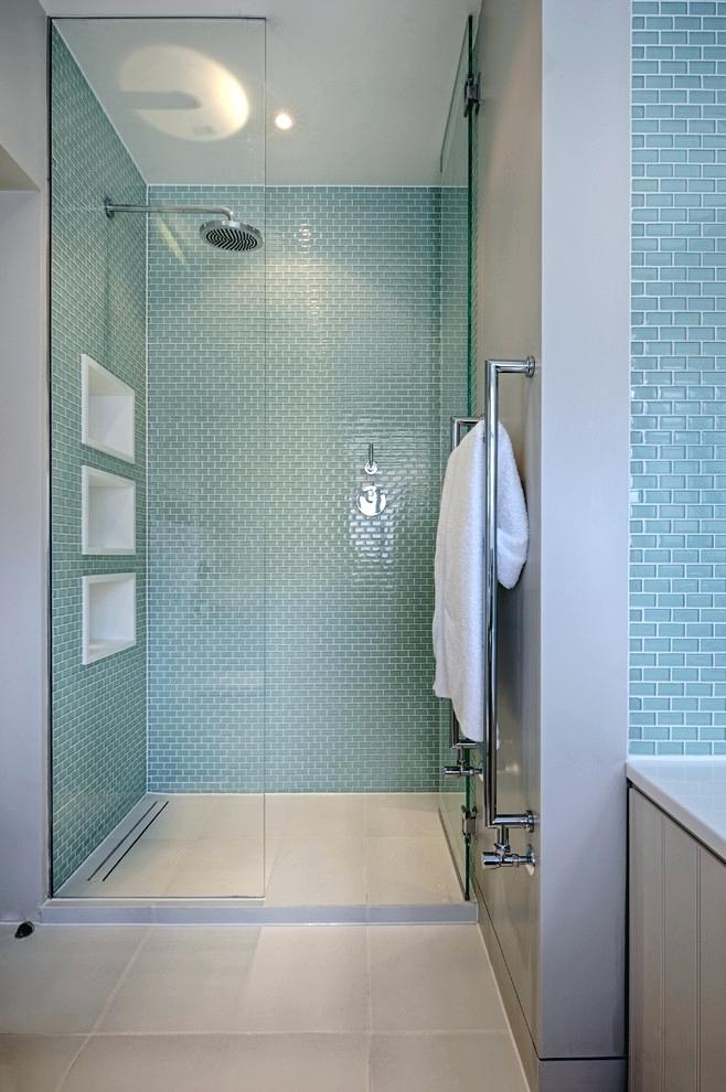 Banheiro moderno apostou nas pastilhas de vidro na cor azul