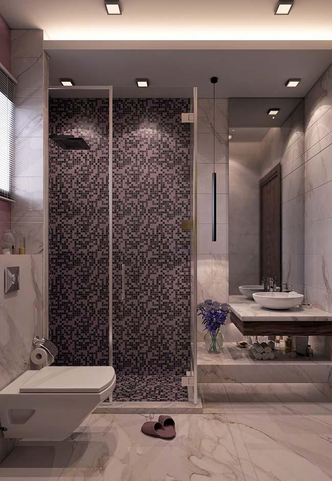 O belo mosaico de pastilhas de vidro divide espaço com o mármore branco