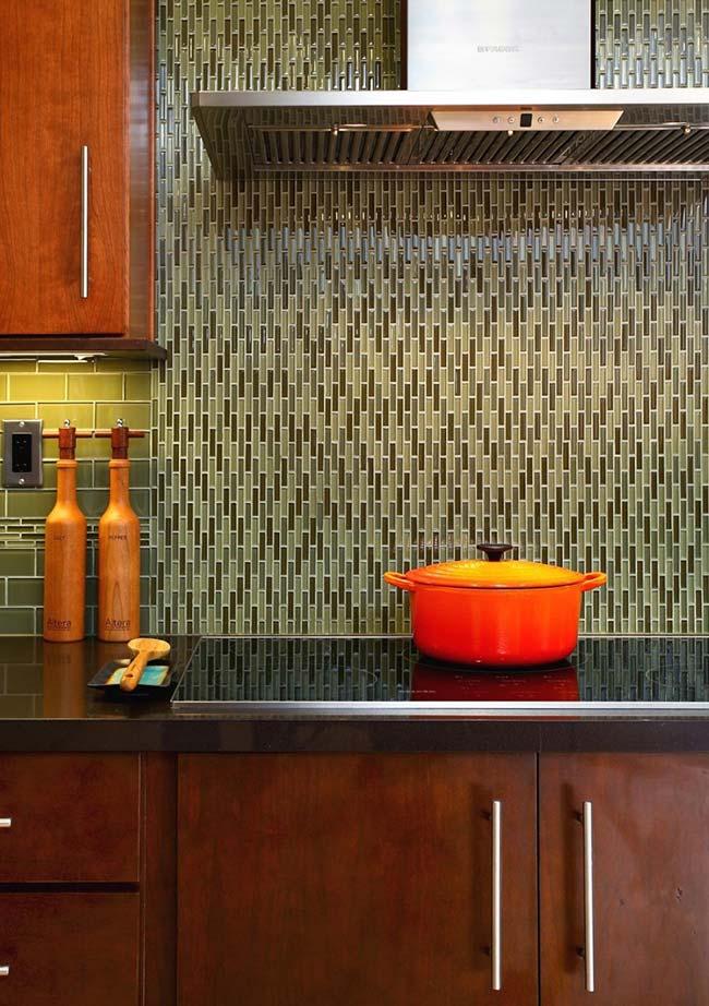 Pastilhas de vidro em tons retrôs contrastada pela tonalidade laranja da decor