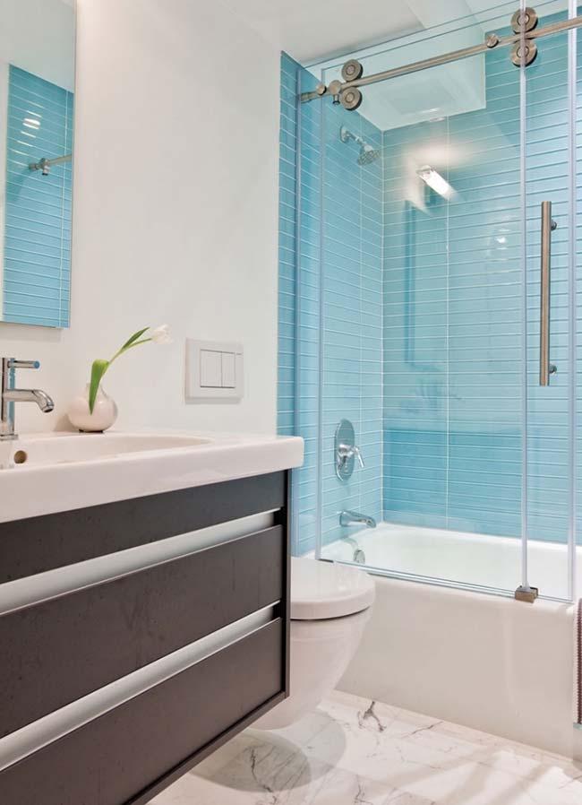 Azul é a cor da tranquilidade, então porque não usá-la no banheiro, para relaxar um pouco durante o banho?
