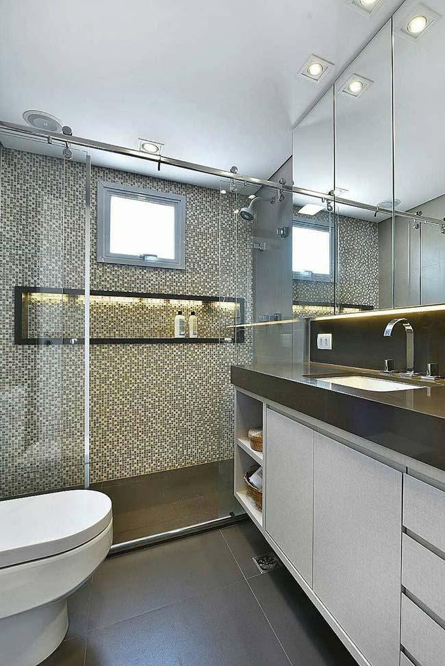 Box de banheiro com pastilhas de vidro em tons de branco, preto e cinza