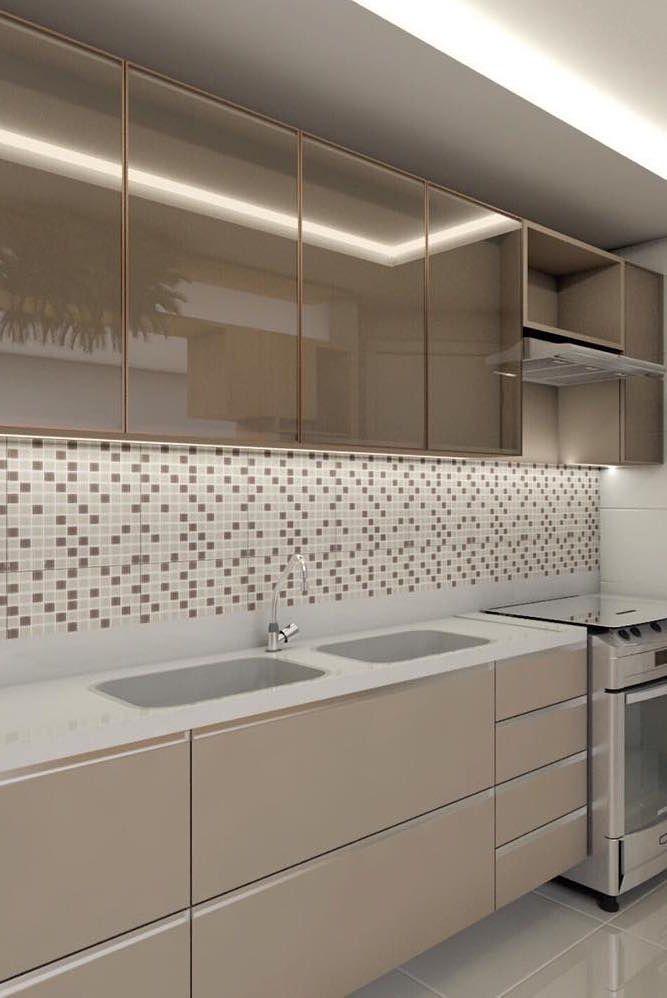 Cozinha clean e discreta optou por uma parede revestida com pastilhas de vidro branca