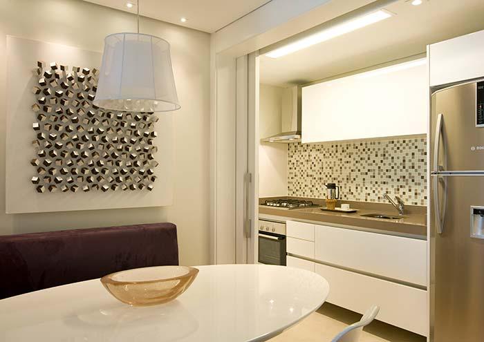 Uma forma simples, descomplicada e sem erro de inserir as pastilhas de vidro na decoração: na parede da pia da cozinha
