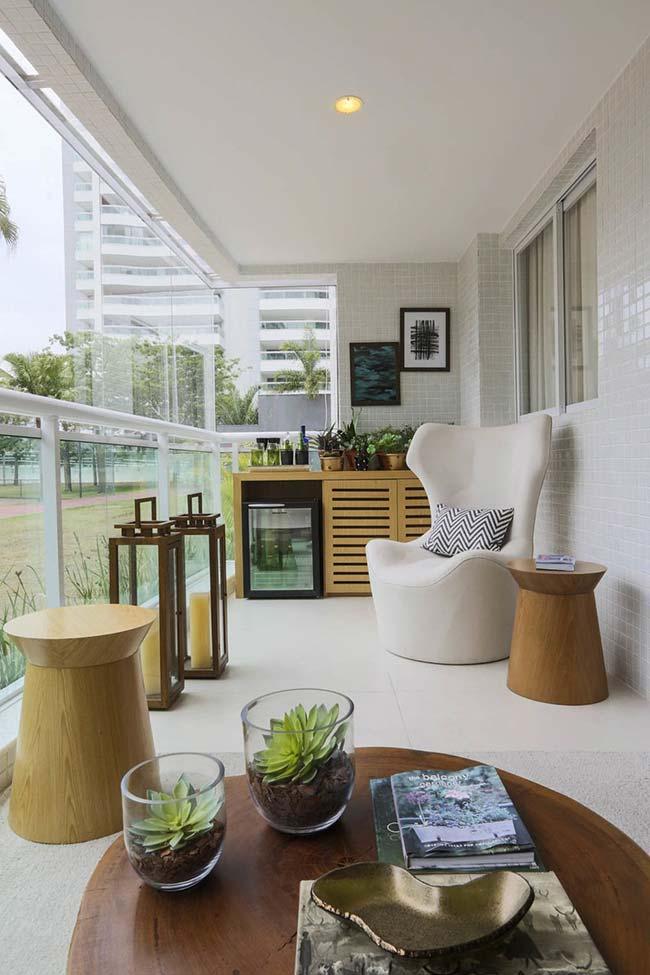 Pastilhas de vidro maiores revestem as paredes dessa varanda de apartamento