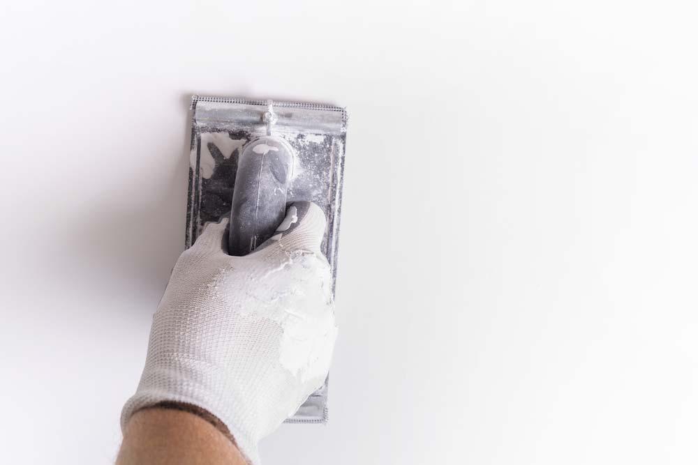 Como pintar parede: lixe a superfície