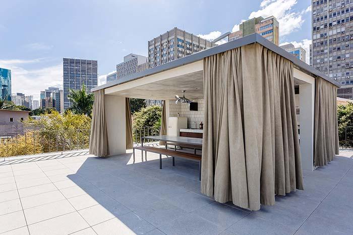 Edículas: quer garantir privacidade à edícula? Então, você pode aproveitar essa ideia e usar um tipo de cortina para fechar toda a extensão da construção
