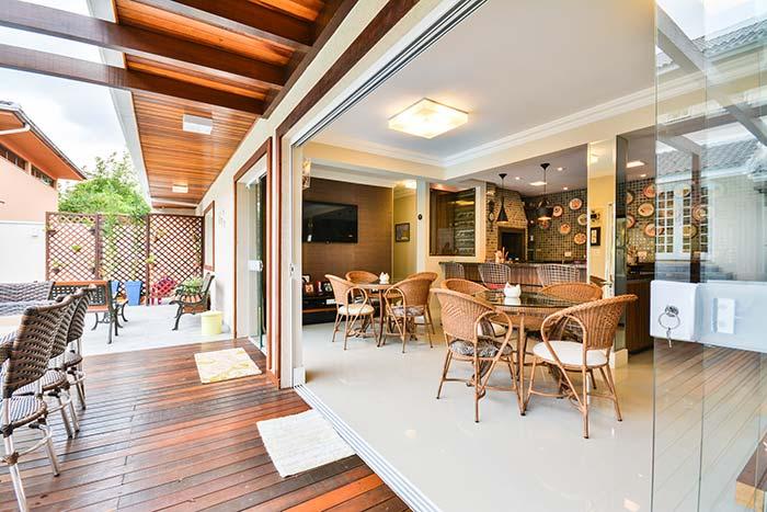 Edículas: piso e forro de madeira, móveis de vime e pastilhas de vidro: a receita certa para uma edícula confortável e aconchegante