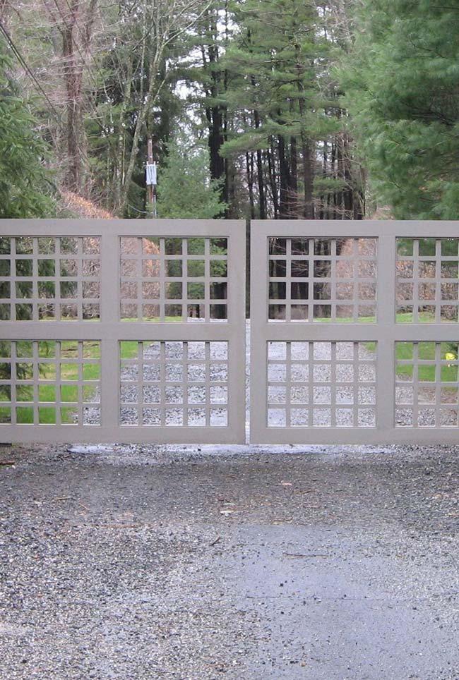 Aço galvanizado também vai bem na entrada de chácaras e sítios, assim como esse da foto