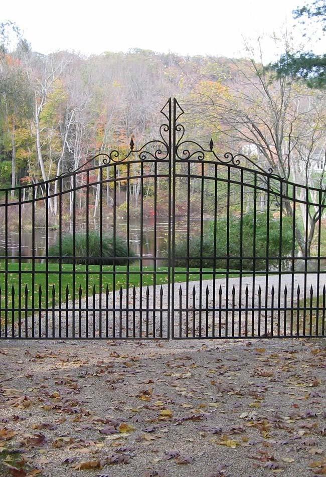Desenho clássico do portão evidencia o estilo da propriedade logo na entrada