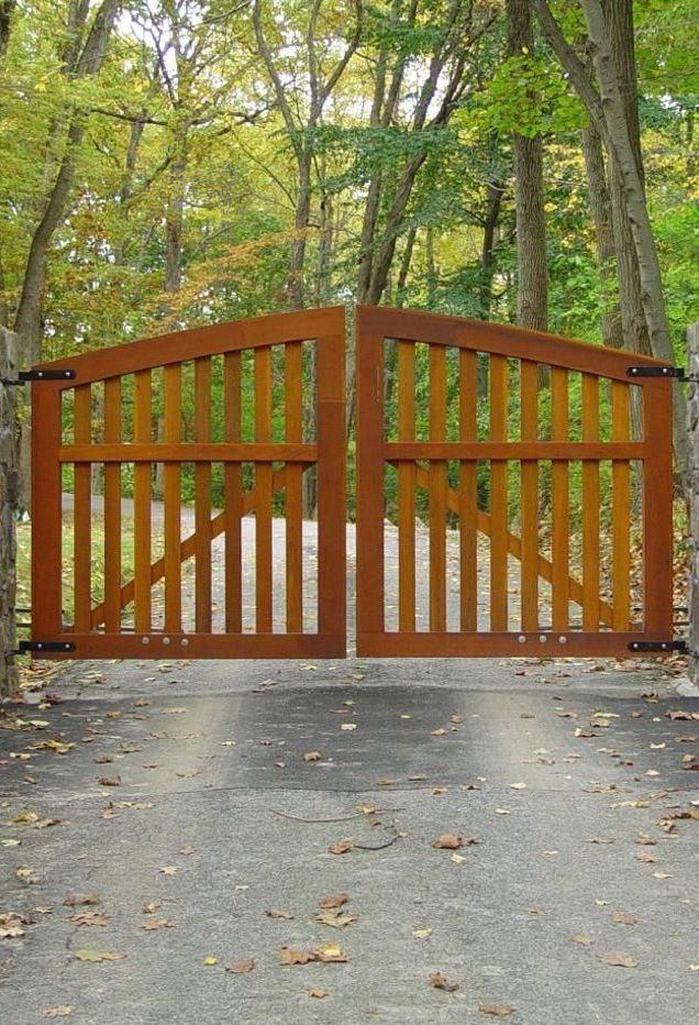 A beleza desse portão de madeira é inegável, mas o que seria dessa entrada sem as árvores que a acompanham