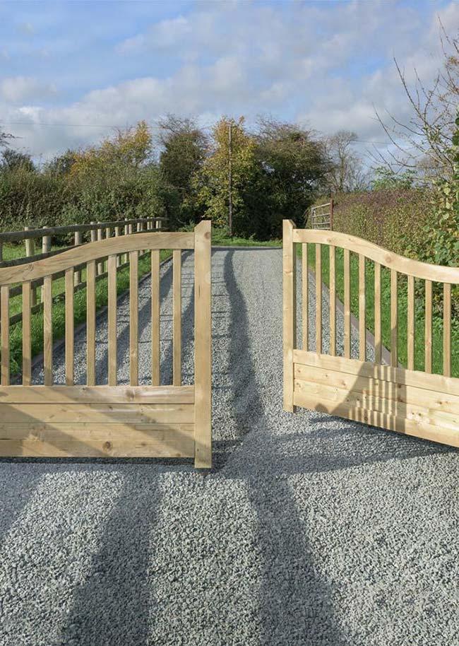 Portão de madeira com design arredondado e baixo