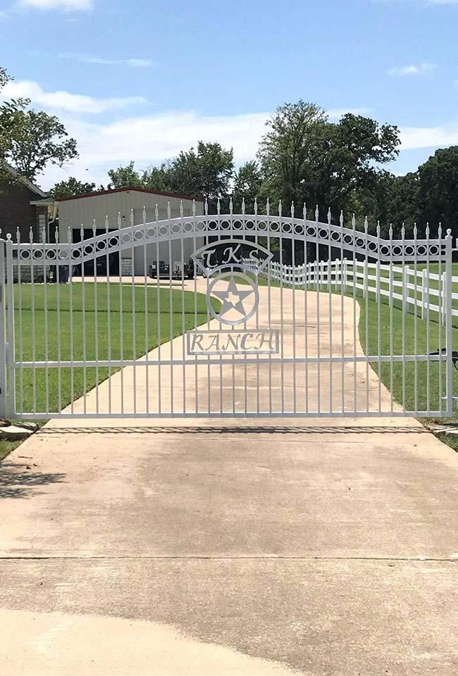 Entrada de chácara com portão de ferro branco