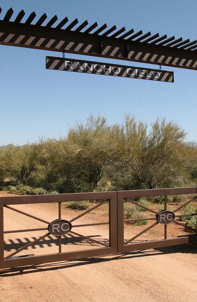 Uma pequena cobertura sobre a entrada da chácara permite que o visitante visualize com mais facilidade o nome da propriedade