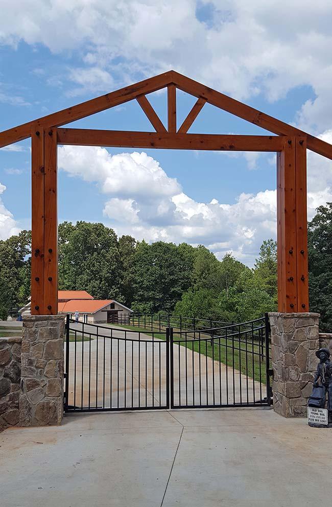 A pequena estátua de ferro dá as boas vindas a quem chega nessa chácara; a entrada em formato de casinha é outro destaqu