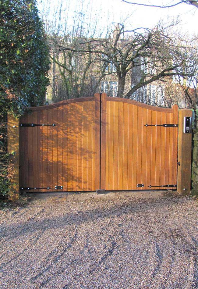Um interfone foi instalado na entrada dessa chácara para melhor recepcionar quem chega