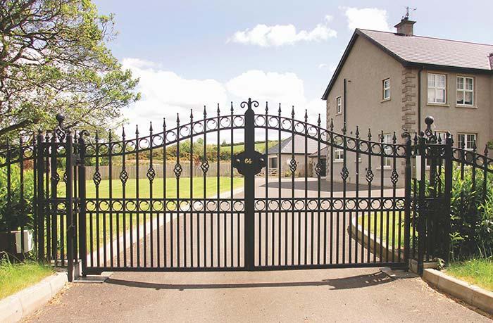 Para quem gosta e prefere um estilo mais clássico, pode apostar em portão de ferro como esse da foto