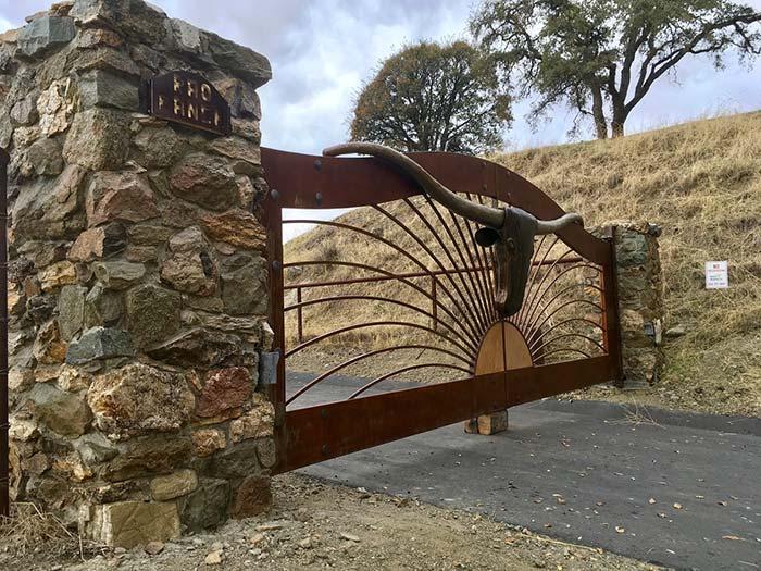 Para quem gosta, pode receber os convidados com uma cabeça de boi colocada logo no portão de entrada