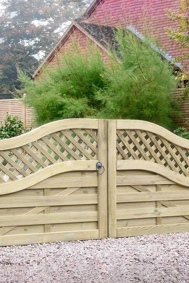 Uma forma de valorizar o portão de entrada da chácara é optar por trabalhar a madeira em padrões visuais fora do convencional