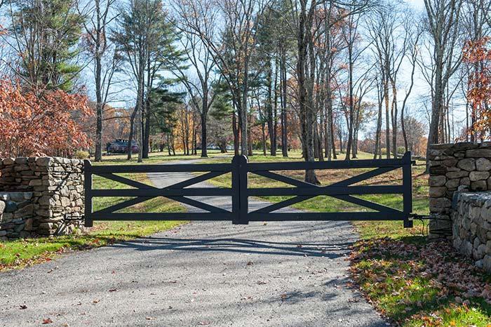 Portão baixo marca apenas a entrada da propriedade, sem grande preocupação com questões de segurança