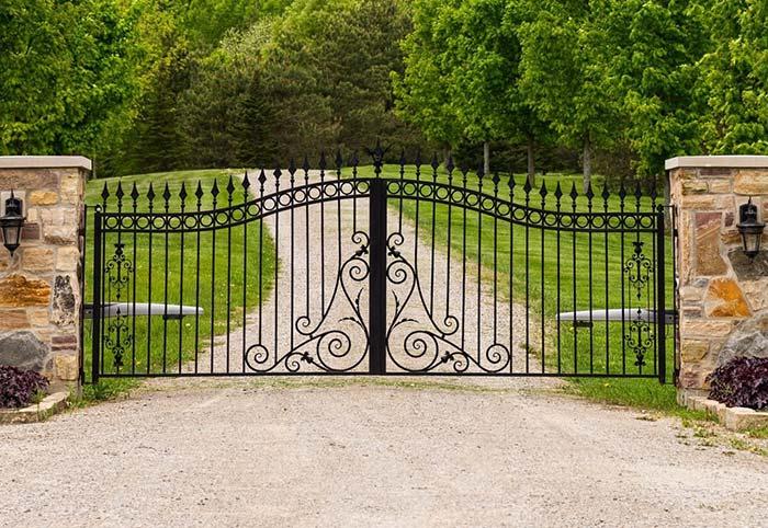 Lanças e arabescos formam o desenho desse portão de ferro na entrada da chácara
