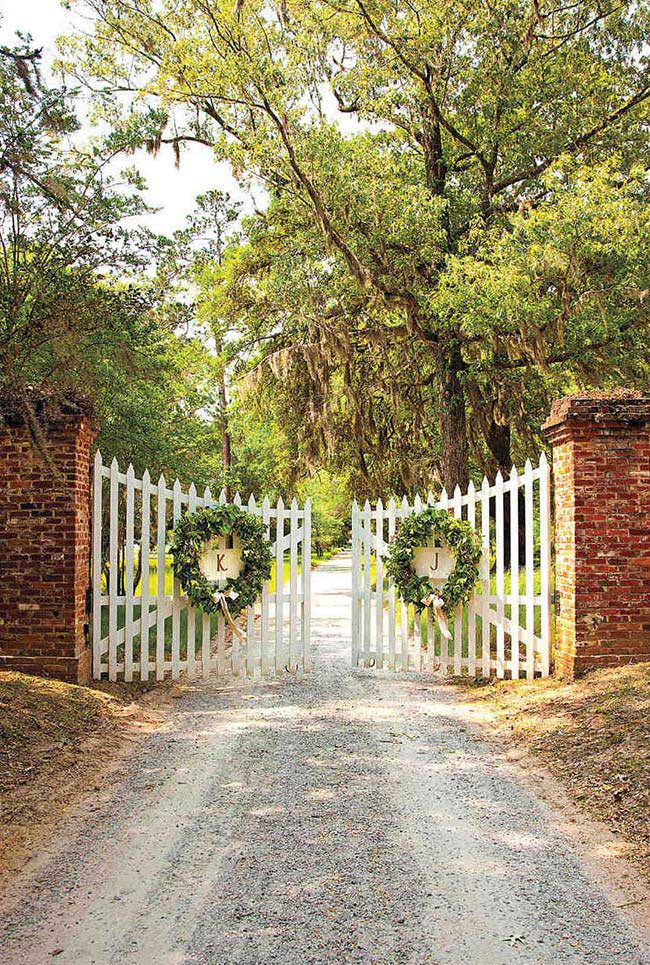 Nessa entrada as iniciais do dono dão as boas vindas a quem chega