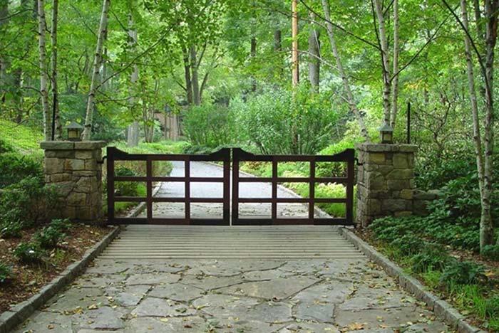 Entrada de chácara com portão de vazado de madeira