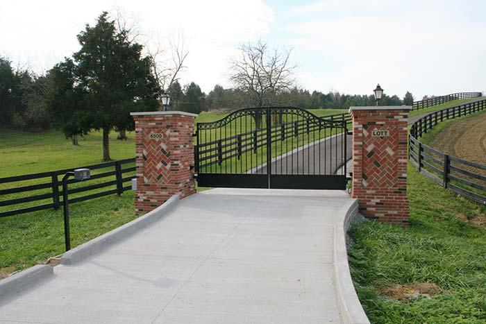 Cor do portão segue a cor da cerca da chácara; colunas foram revestidas com cerâmica que imita tijolinhos