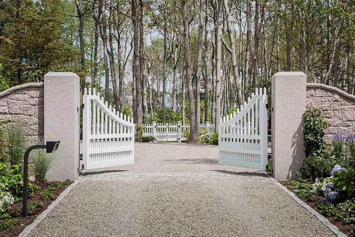 Portão de madeira branca deixa a entrada da chácara mais delicada e romântica