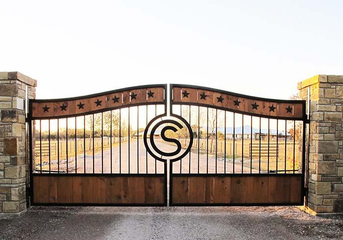 Estrelas e um S estilizado personalizam esse portão na entrada da chácara