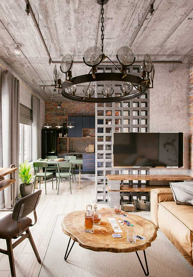Concreto aparente do teto cria um contraste harmônico com os móveis de design
