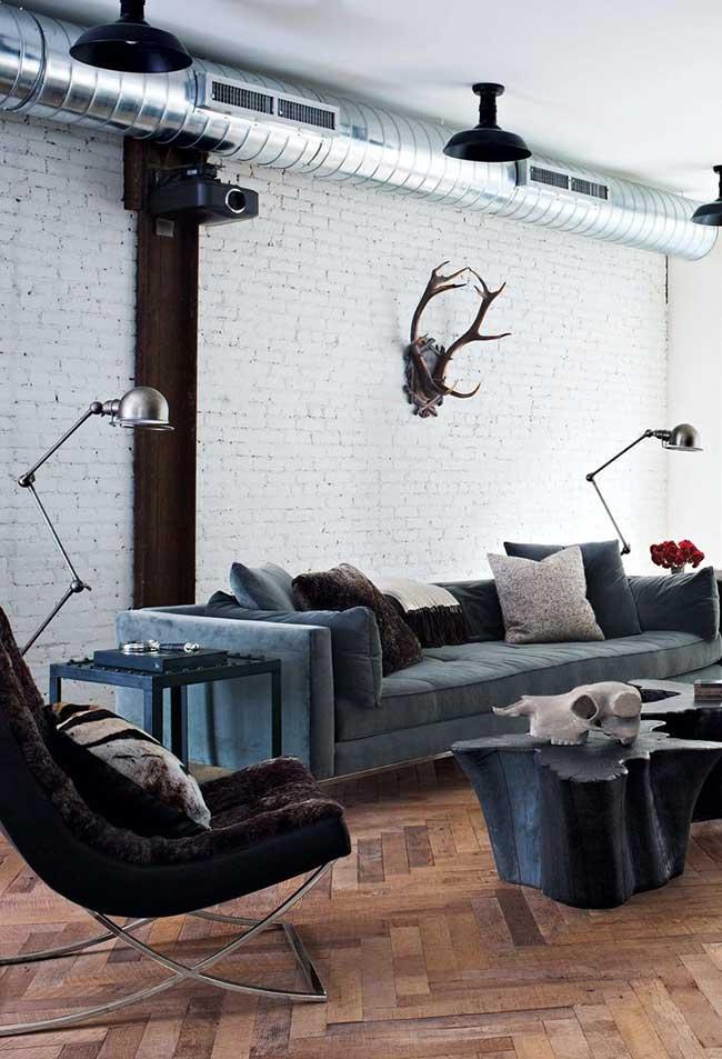 Se você deseja dar uma suavizada no estilo industrial, pode pintar as paredes de branco