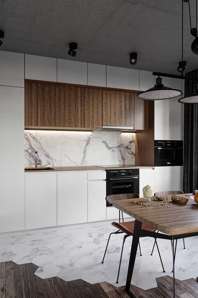 Cozinha industrial faz um contraste entre a elegância do mármore e a aspereza do cimento queimado