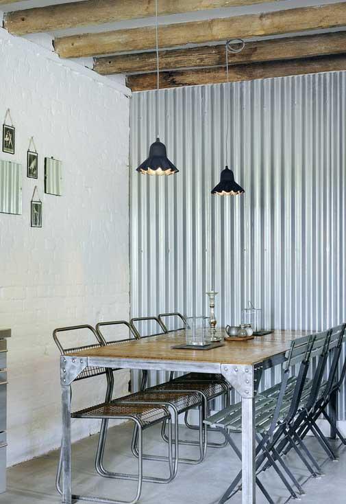 Se inspire nessa imagem: de um lado a parede de tijolinho branco, do outro a parede revestida com telha de zinco