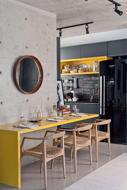 Nessa decoração industrial, o amarelo traz cor e vida
