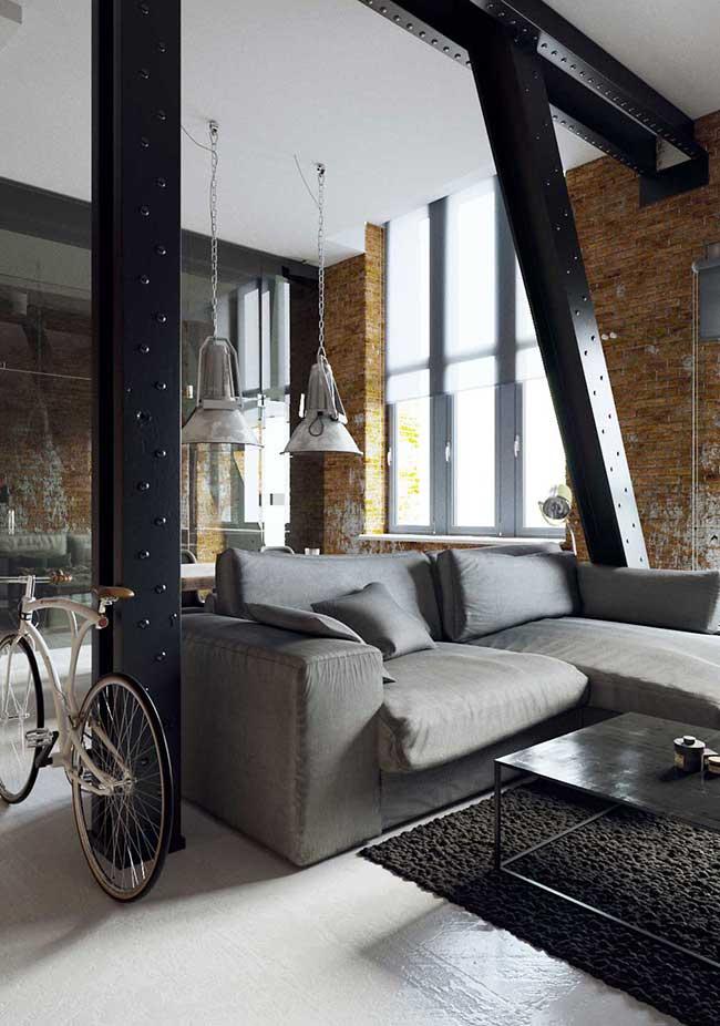 Vigas de ferro participam da estrutura e da decoração da casa com estilo industrial