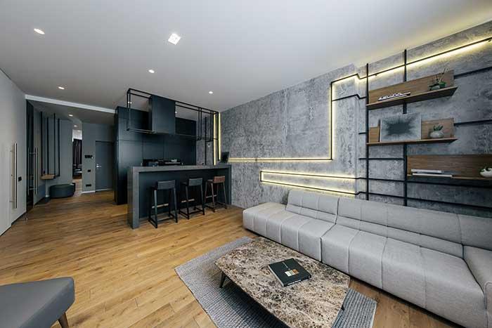 Assim como na decoração moderna e minimalista, a industrial também valoriza o uso limitado de móveis e objetos decorativos