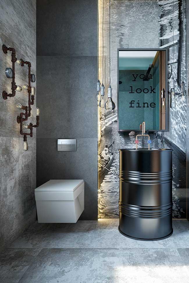 As tubulações hidráulicas nesse banheiro foram usadas com uma proposta diferente: conectar e ligar lâmpadas