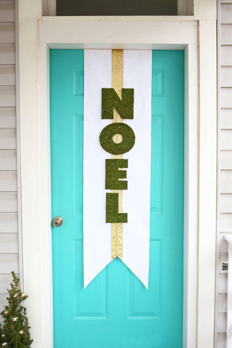 Para esperar a chegada do Natal um enfeite de porta gigante feito artesanalmente