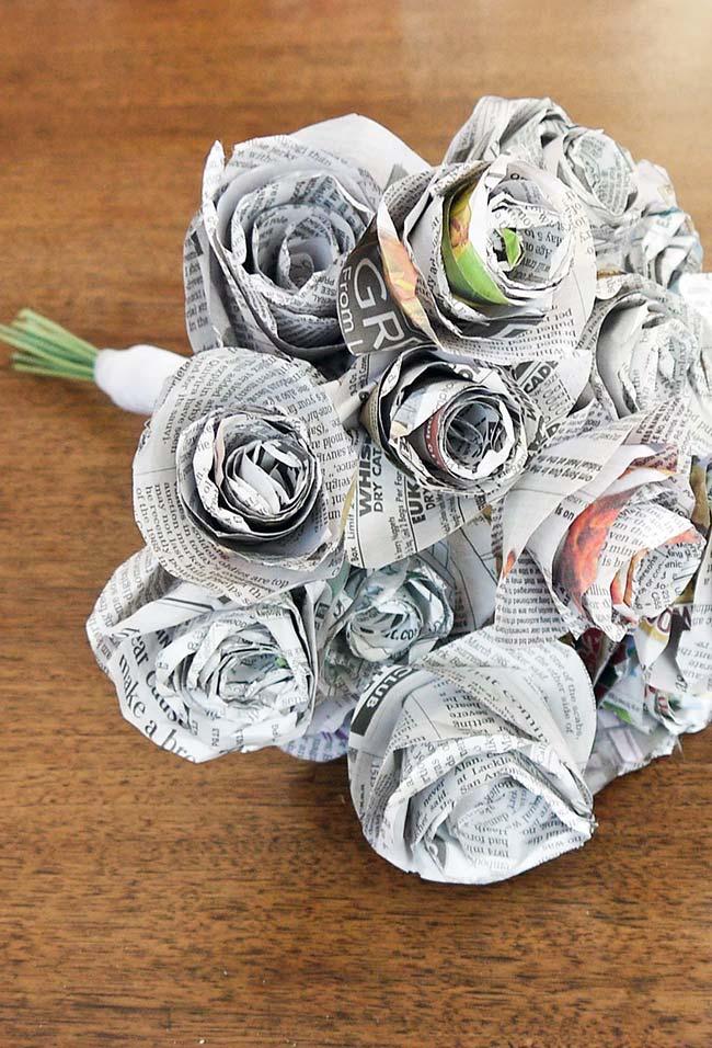 Artesanato em geral: buquê de rosas feito com jornal