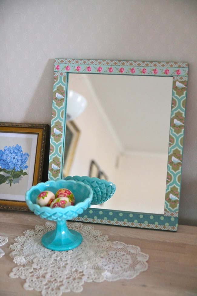 Dê uma nova cara para aquele espelho emoldurando-o com um tecido bem bonito