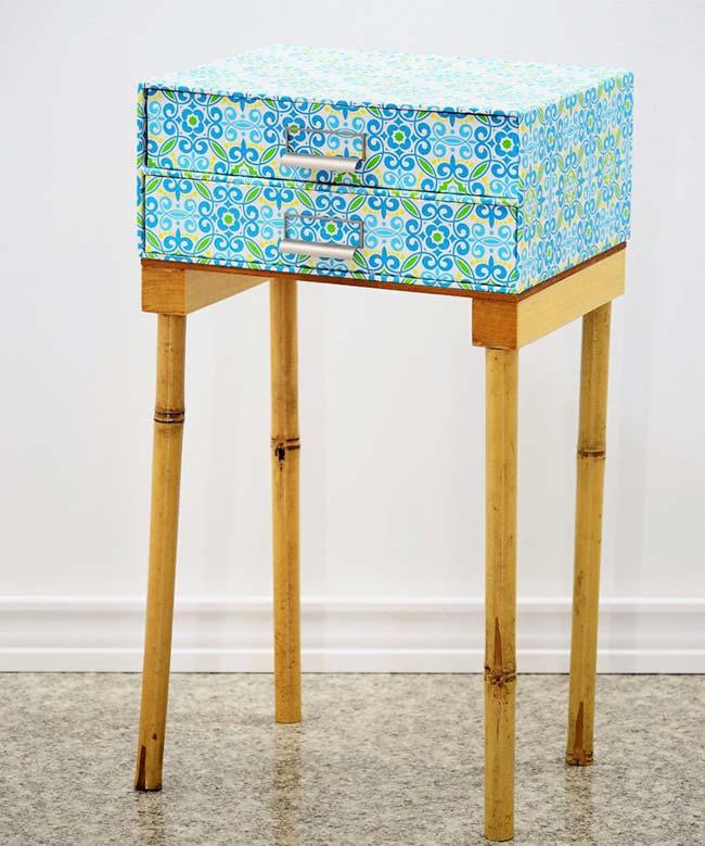 Mesa lateral criativa: as gavetas são caixas organizadoras, a base é de bambu e o tampo de madeira reaproveitada