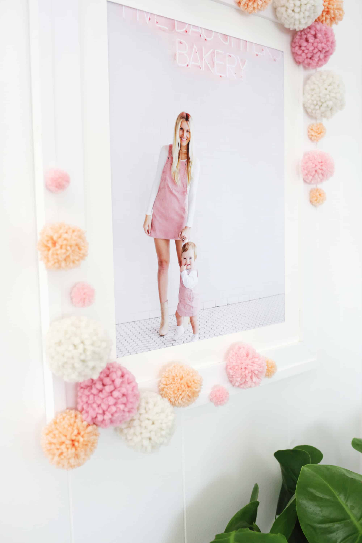 Moldura de espelho ganha uma nova cara com a aplicação dos pompons coloridos