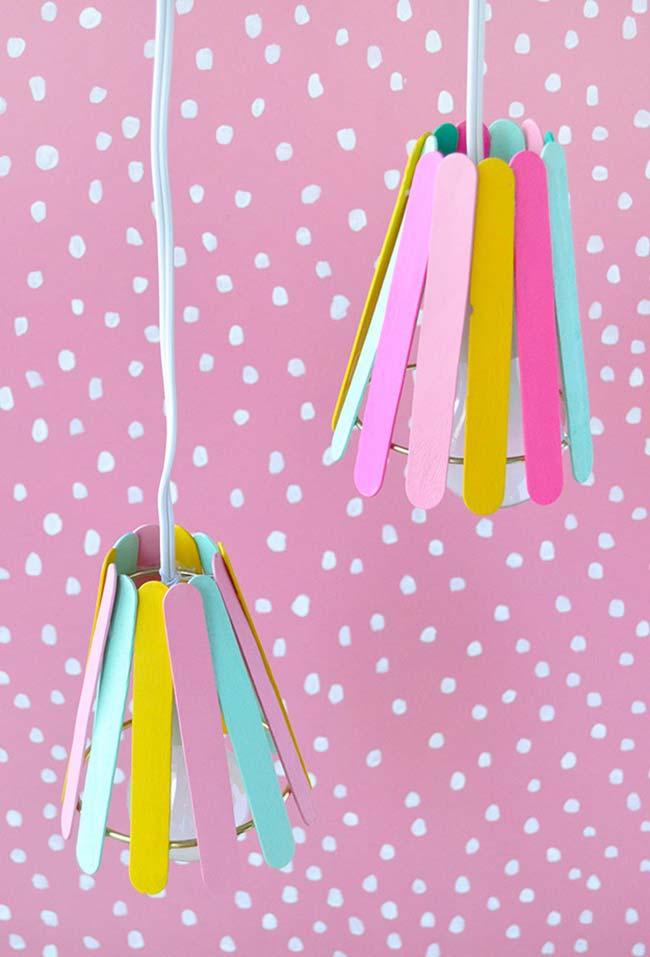 Luminária feita com palitos de sorvete coloridos
