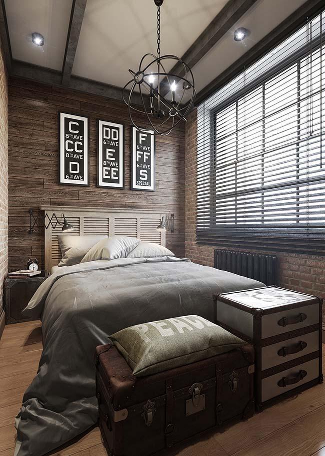 Nesse quarto, as lâminas da persiana se assemelham a veneziana da janela usada como cabeceira