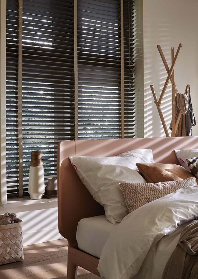 A persiana para quarto fica ainda mais clean e moderna quando encaixada no vão da janela