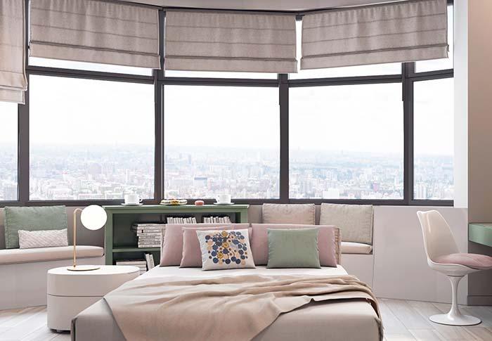 O quarto de formato circular precisou de várias persianas para cobrir toda a extensa janela