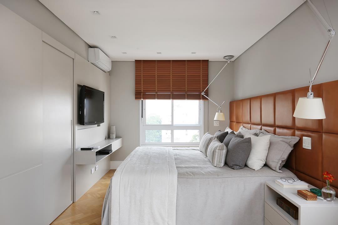 Quarto clean e sóbrio com persiana para quarto de madeira