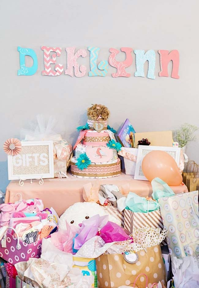 Candy colors na decoração de chá de bebê simples